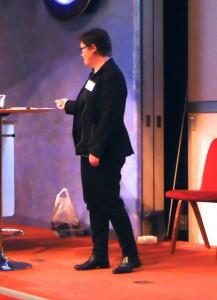 Bild på Mattson på scenen